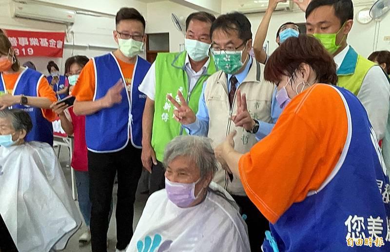 民進黨台南市黨部舉行「母親節『玩』美 show」活動,為阿嬤們義剪、化妝,市長黃偉哲(中)也出席為所有的媽媽們賀節。(記者蔡文居攝)