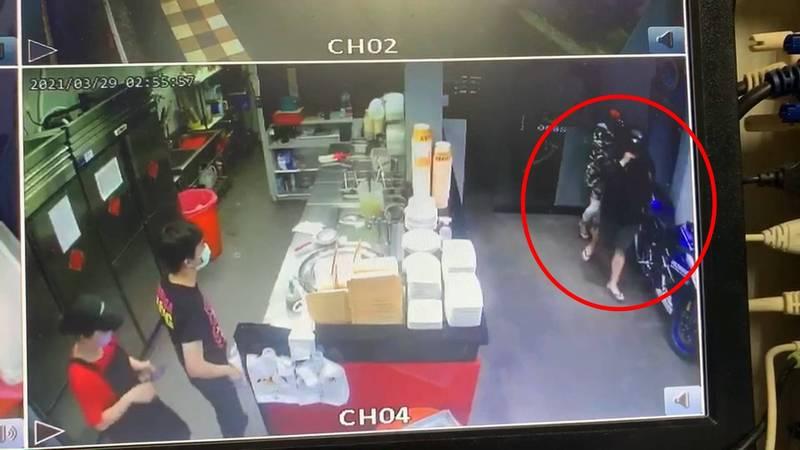 監視器拍下蘇男帶著女友往地下室丟了鞭炮準備離開。(記者徐聖倫翻攝)