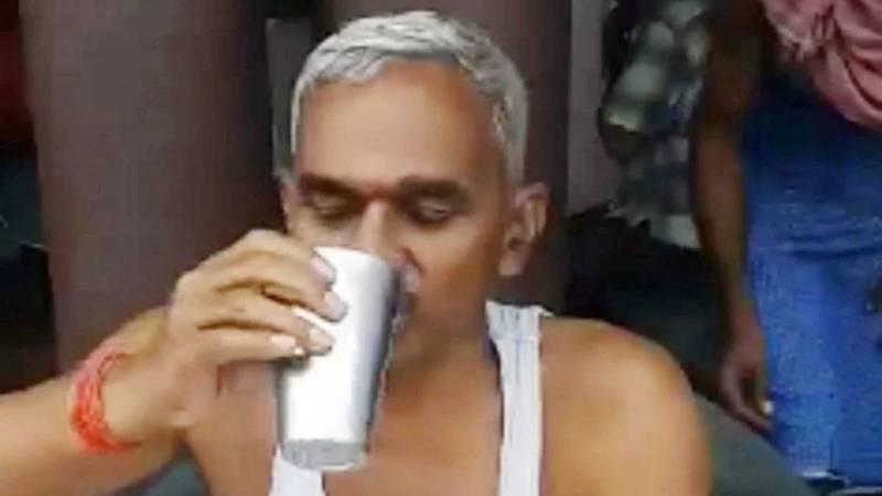 一名印度議員在影片親身示範如何喝牛尿來預防武漢肺炎,還建議早上空腹喝最好。(圖擷取自影片)