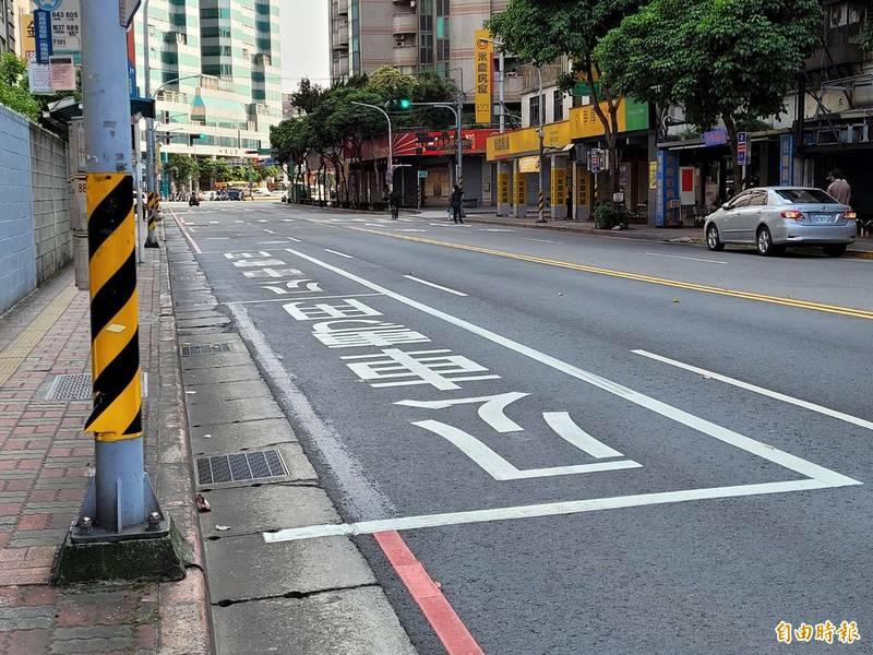 為預防交通事故,新北市今年起彈性增加公車停靠區長度,方便乘客安全上下車。(記者賴筱桐攝)