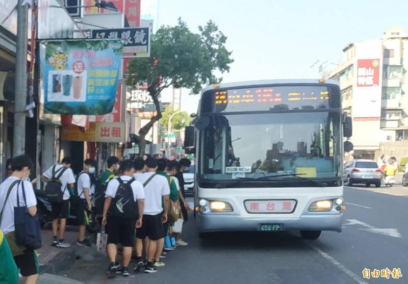 高市公車擺脫疫情影響運量回升3成,三多、五福幹線增加最多。(記者黃良傑攝)