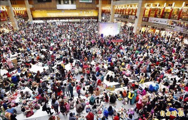往年伊斯蘭齋戒月結束首個週日,台北車站都會湧入上萬印尼移工歡慶開齋;今年考量疫情升溫,首次取消開齋節活動。(資料照)