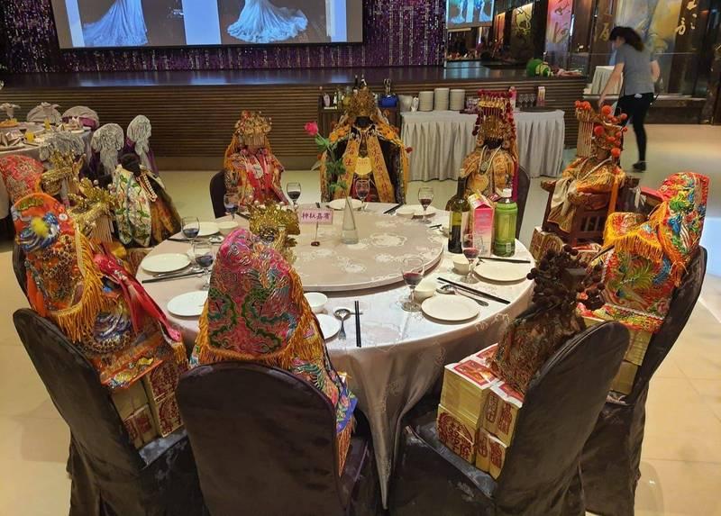 網友全跪!台中婚宴請來整桌超大咖嘉賓 新郎出面說話了