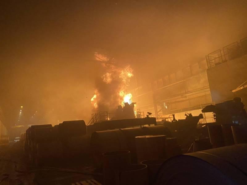 高雄岡山區燁聯鋼鐵工廠今天晚上9點多傳出火警,1座裝有7萬公秉研磨油儲槽起火燃燒,現場烈焰衝天。(民眾提供)