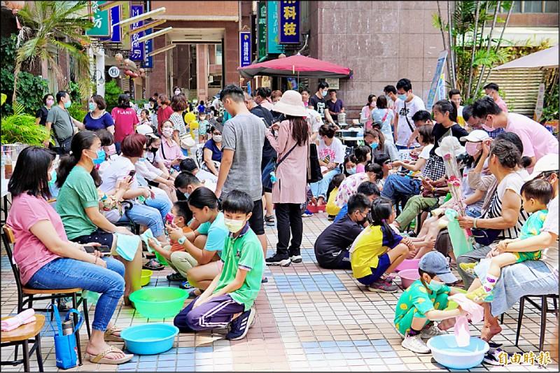 台中市南區京城特區管委會,每年母親節都會舉辦孝親感恩洗腳活動,今年因缺水改「拭腳」。(記者何宗翰攝)