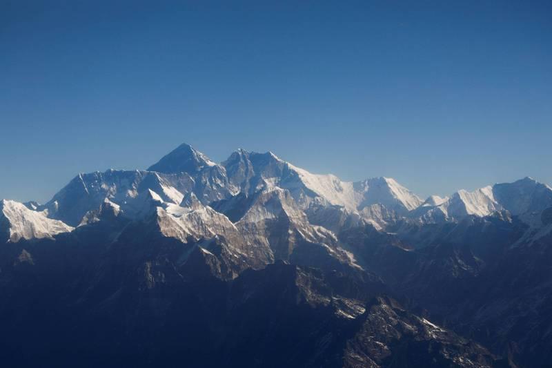 中國決定將在海拔8848公尺的聖母峰頂設置隔離線,避免從中國登頂的登山客接觸尼泊爾側登山團隊。(資料照,路透)