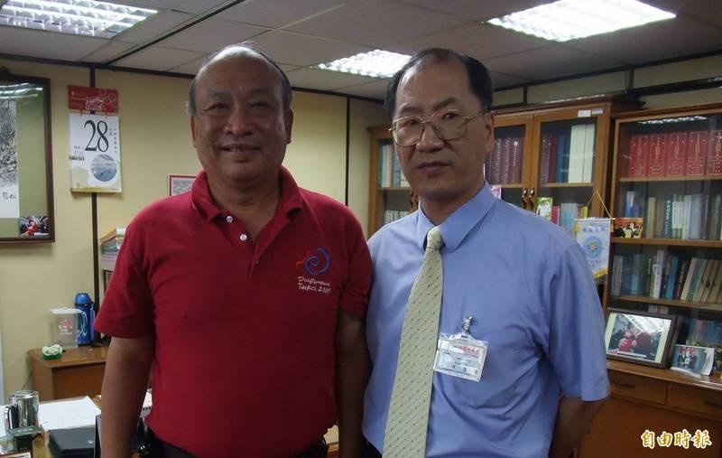 余文(右)2009年回到台北市政府兵役處上班,左為時任兵役處長朱亞虎。(資料照)