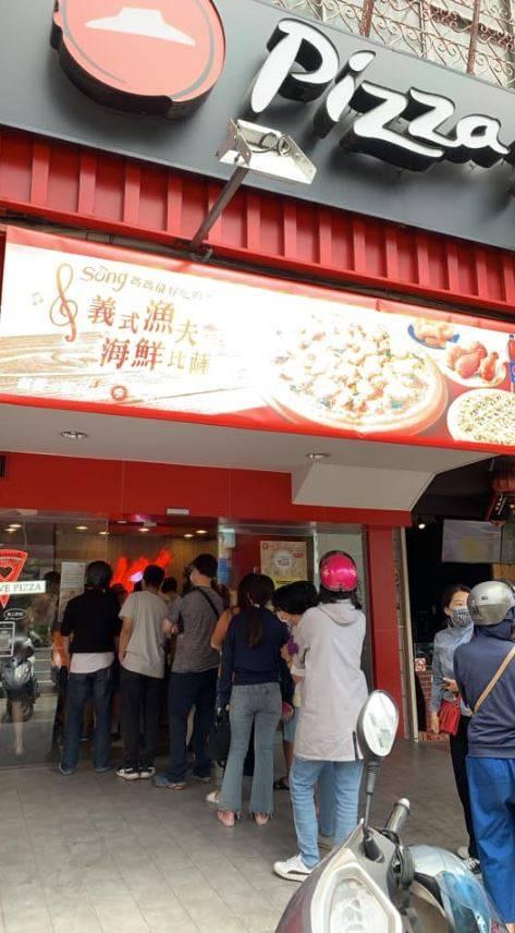 披薩連鎖店必勝客在母親節(9日)驚傳系統大異常,許多民眾訂餐後到現場卻拿不到餐點。(圖擷自爆怨2公社臉書社團)