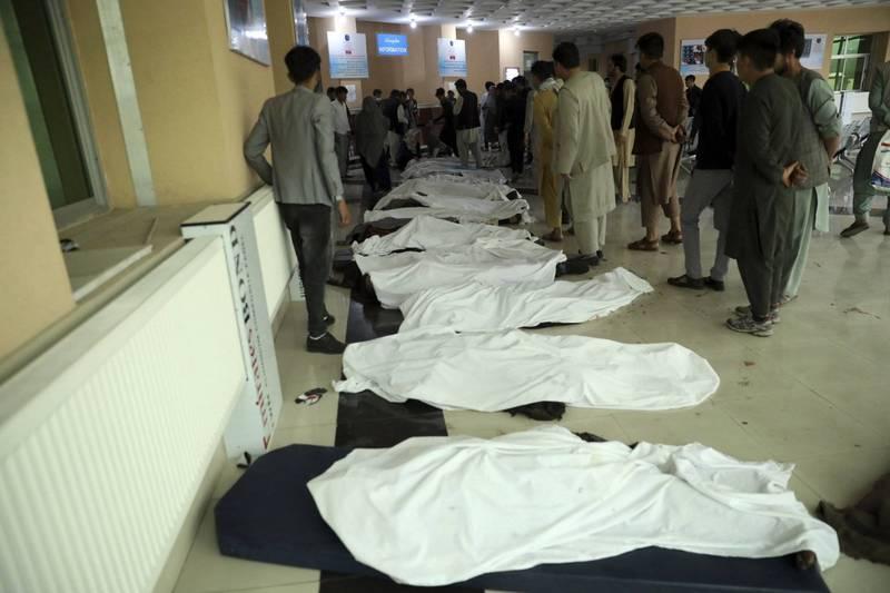 此次汽車炸彈攻擊至少造成55人死亡,罹難者遺體被放置在醫院中等待指認。(美聯社)