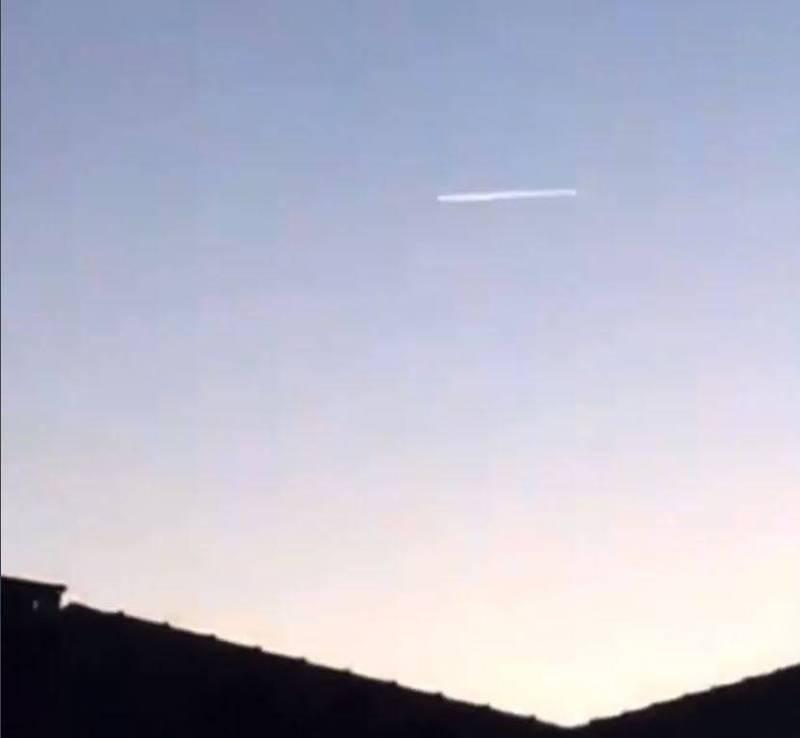 有民眾在沙烏地阿拉伯上空拍下疑似長征火箭殘骸墜落畫面。(圖擷自@Muhamma38452517推特)