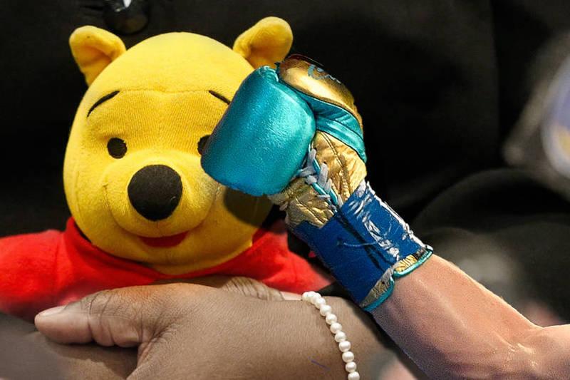 中國一名男童日前在上海迪士尼樂園揮拳暴打穿著小熊維尼布偶裝的工作人員,但中國媒體報導時卻不稱呼為小熊維尼。(本報合成)