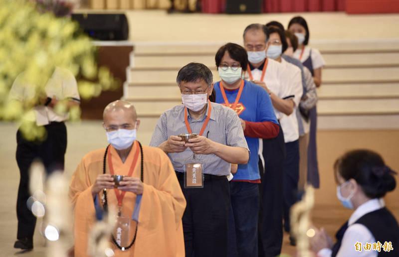 法鼓山9日於農禪寺舉辦母親節暨浴佛節心靈環保家庭日,台北市長柯文哲(左2)出席活動,並參與托水缽浴佛儀式。(記者羅沛德攝)