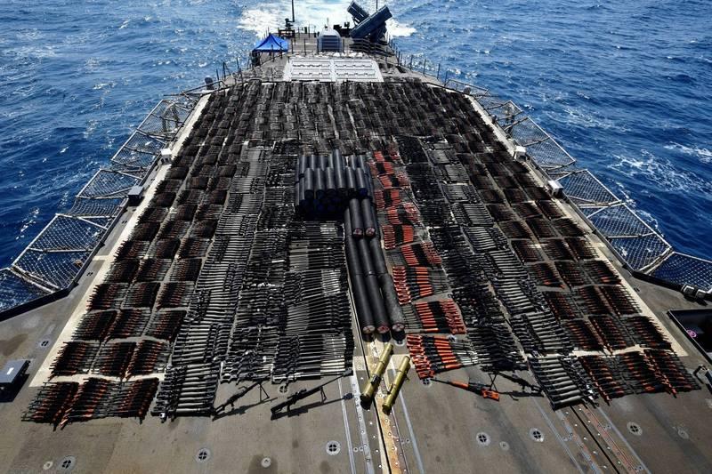 「蒙特利號」船員將走私軍火擺滿後甲板。(路透)