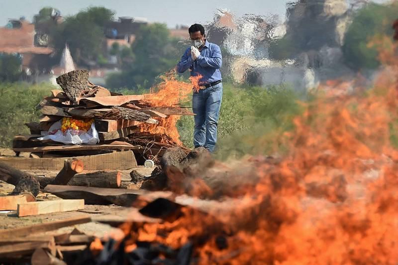 印度部分地方政府祭出嚴格封鎖措施防疫,但似乎沒有太大效果,目前已連續4天單日破40萬人確診武肺。印度露天火葬示意圖。(法新社)