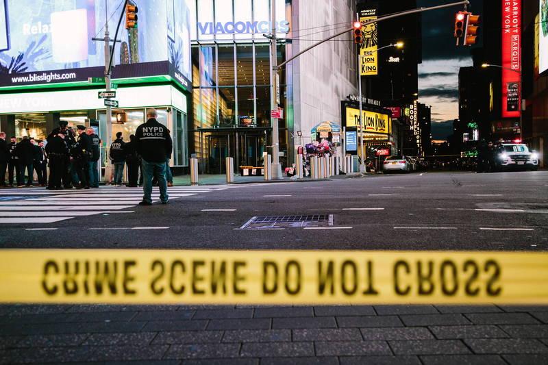 「時報廣場」(Times Square)8日下午驚傳槍響,導致2名女性和一名4歲女童受傷,警方拉起封鎖線。(歐新社)