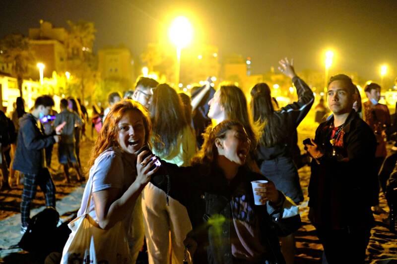 宵禁取消後,巴塞隆納響起歡呼的尖叫聲、掌聲和音樂。(路透)