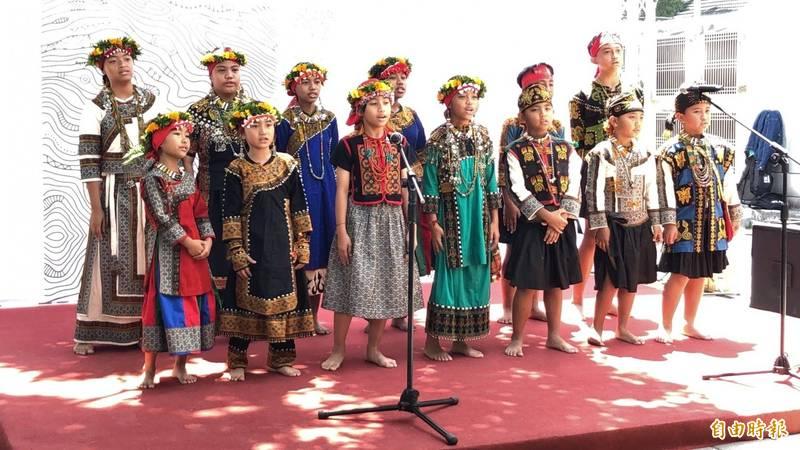 2020年台灣人口負成長,但內政部統計,原住民族人口不減反增。圖為原鄉兒童歡唱慶祝。(資料照,記者羅欣貞攝)
