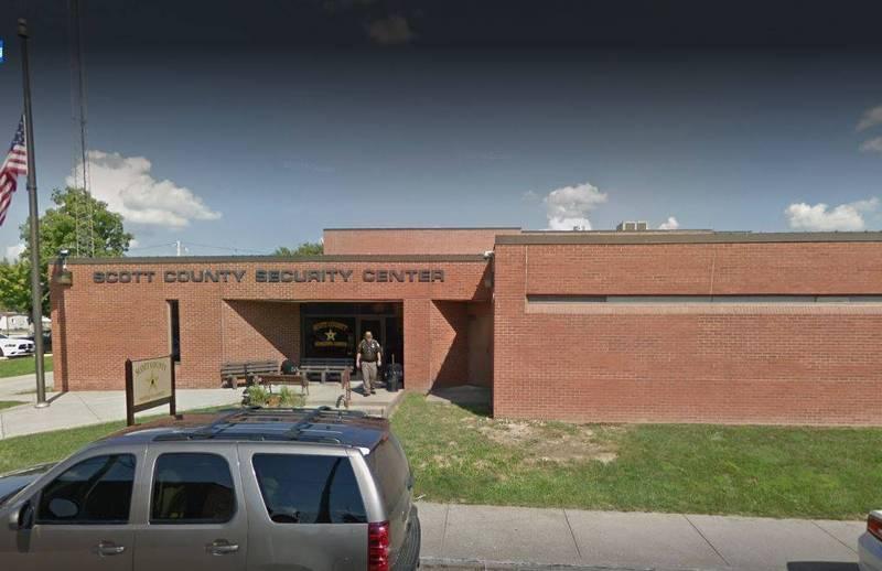 美國印第安那州一名母親疏於照顧女兒,女兒因嚴重頭蝨感染差點死掉,她6日被斯科特郡警局逮捕。圖為斯科特郡警局。(翻攝自Google Map)