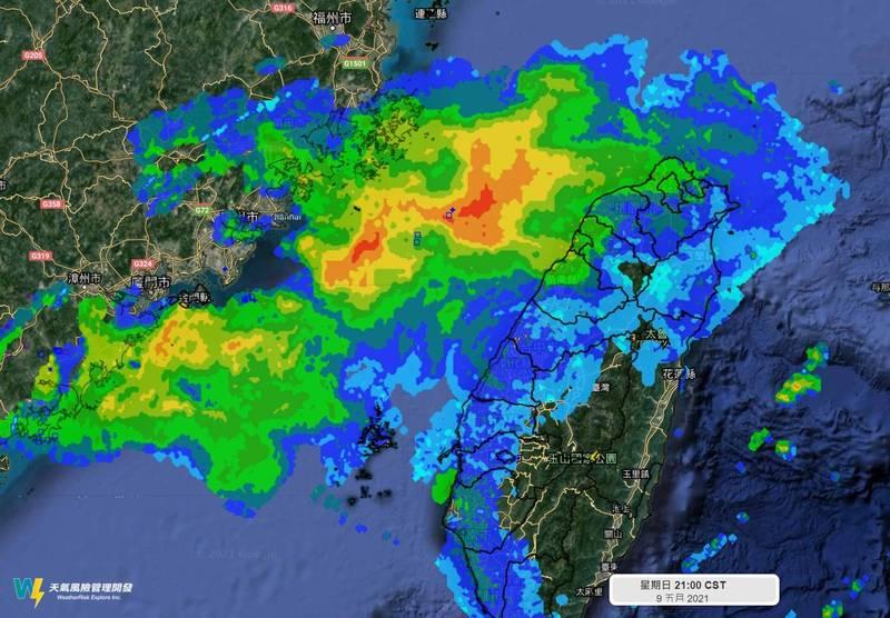 氣象粉專「天氣風險」在臉書PO圖,表示衛星雲圖上紅紅的雷達回波一大片,但雨滴實際上都蒸發了,很難下到地面上,原因是該福建沿海發展的對流,移到台灣海峽後就開始減弱,對流不再發展。(擷取自天氣風險 WeatherRisk粉專)