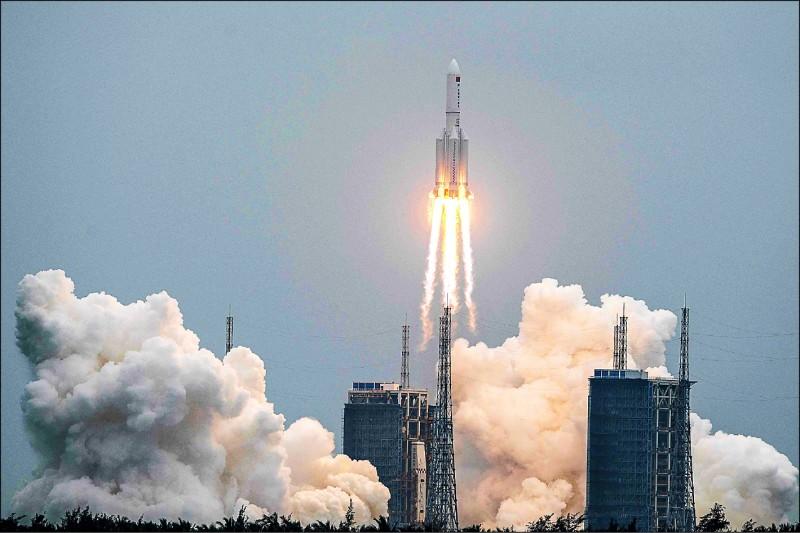 中國長征五號B遙二火箭殘骸九日墜落印度洋,距最近有人住島嶼僅四十二公里。圖為長征五號B遙二火箭四月二十九日從海南島文昌航天發射場升空。(法新社檔案照)