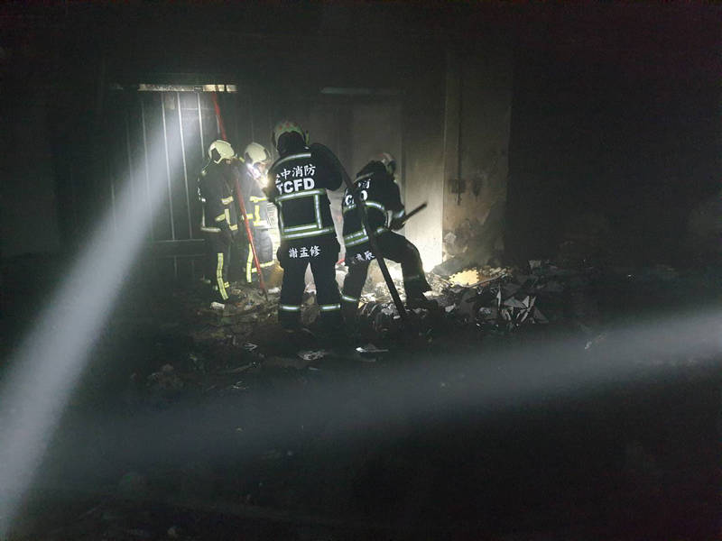 消防人員進入火場滅火。(消防局提供)