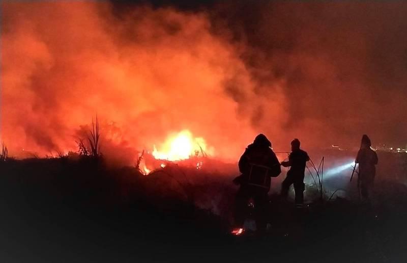 萬大橋河川地發生雜草野火,火勢、濃煙驚人。(圖:屏東縣消防局提供)