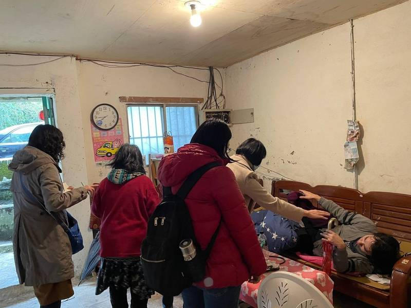 文山社福中心媒合到新莊仁濟醫院精神科莊醫師(左1)上山為案家做居家醫療。(新北市社會局提供)