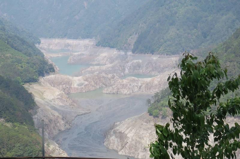 德基水庫水位再下探,首次跌破1326公尺,來到1325.95公尺,蓄水率僅3.01%。(民眾提供)