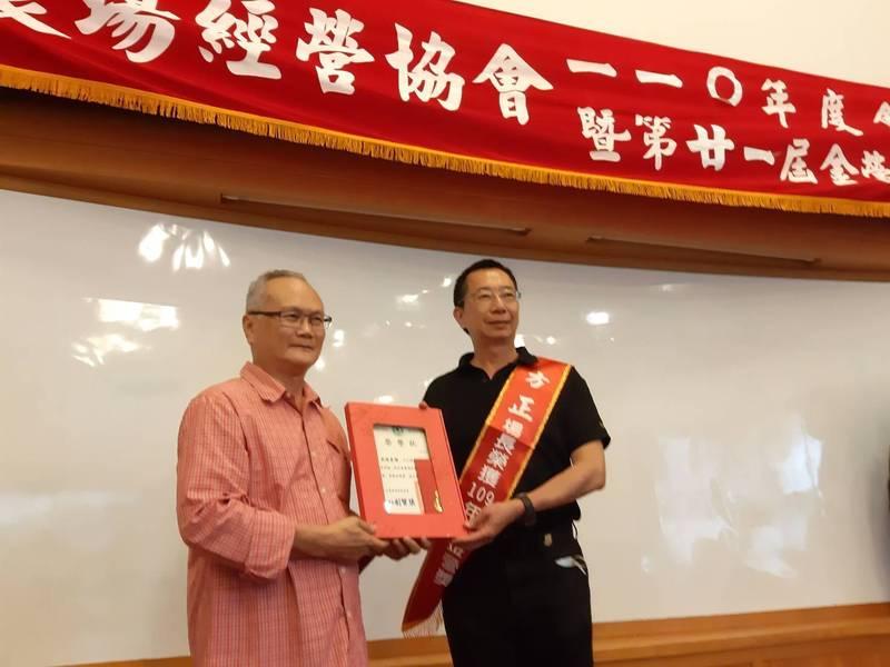 武陵農場獲頒台灣農場經營協會「金營獎」,由場長方正(右)代表受獎。(武陵農場提供)
