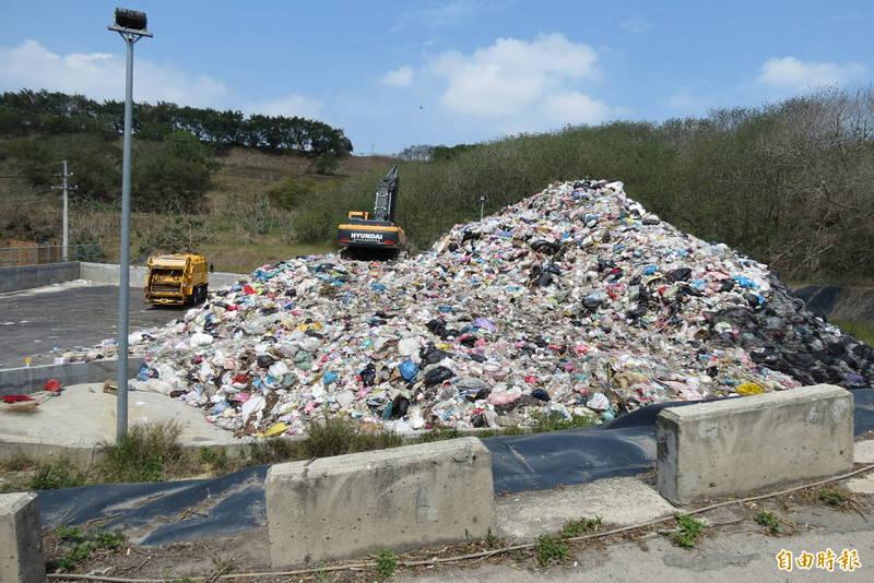 市議員何文海指控文山焚化爐附近遭環保局置放一座小垃圾山(記者蘇金鳳攝)