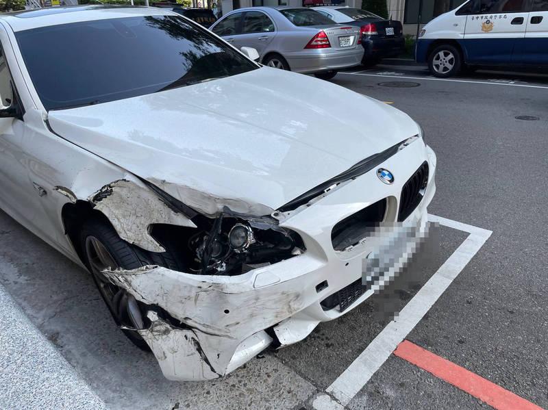 BMW轎車駕駛肇事後棄車逃逸。(民眾提供)