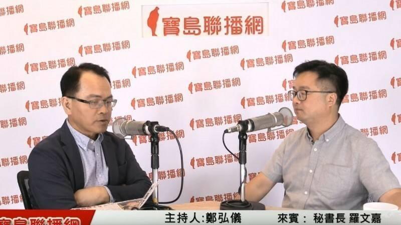 羅文嘉2019年7月接受名嘴鄭弘儀專訪時,(右)稱中天電視是「紅媒」而挨告。(翻攝自YouTube)