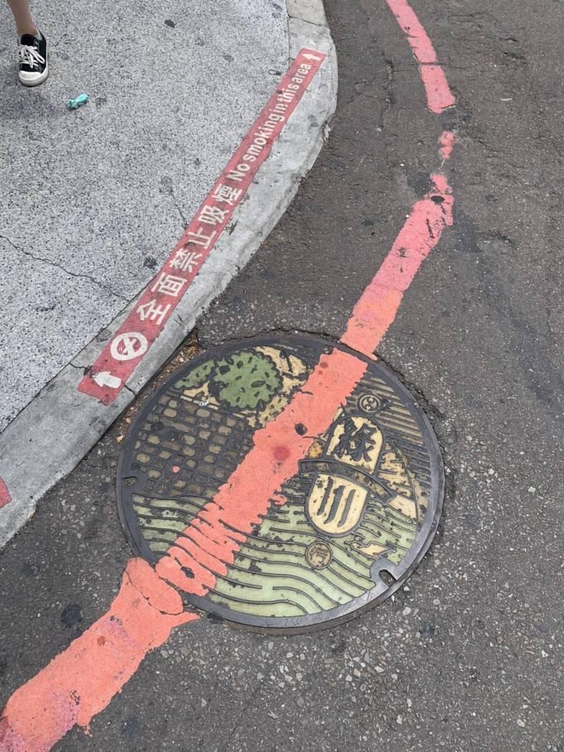 知名的台中綠川人孔蓋在前市長林佳龍任內曾是網美打卡地點,如今不但斑駁而且被劃上紅線。(議員江肇國提供)