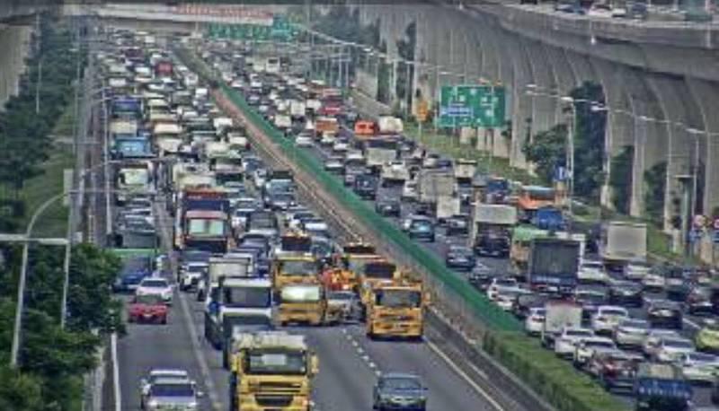 國道1號南向54.6公里大貨車、自小客車追撞事故,造成南向機場系統至中壢服務區路段時速不到20公里。(記者李容萍翻攝高速公路即時路況)