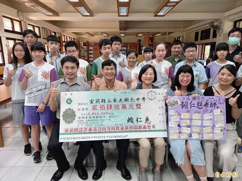 宜蘭東光國中退休教師賴仁慈胞妹陳雪清(前排右3),今天代捐240萬元給東光國中。(記者江志雄攝)
