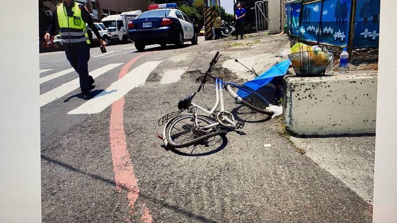 騎單車的許姓男子人車遭砂石車脫落的輪胎撞倒。(民眾提供)