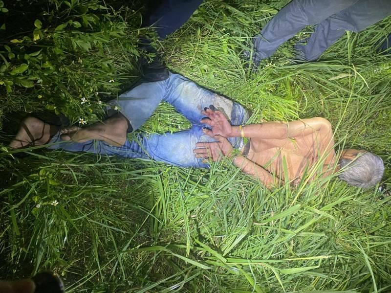 涉嫌刺死同鄉的男子阿塔(見圖)案發後在附近草叢被員警發現、逮捕。(記者鄭淑婷翻攝)