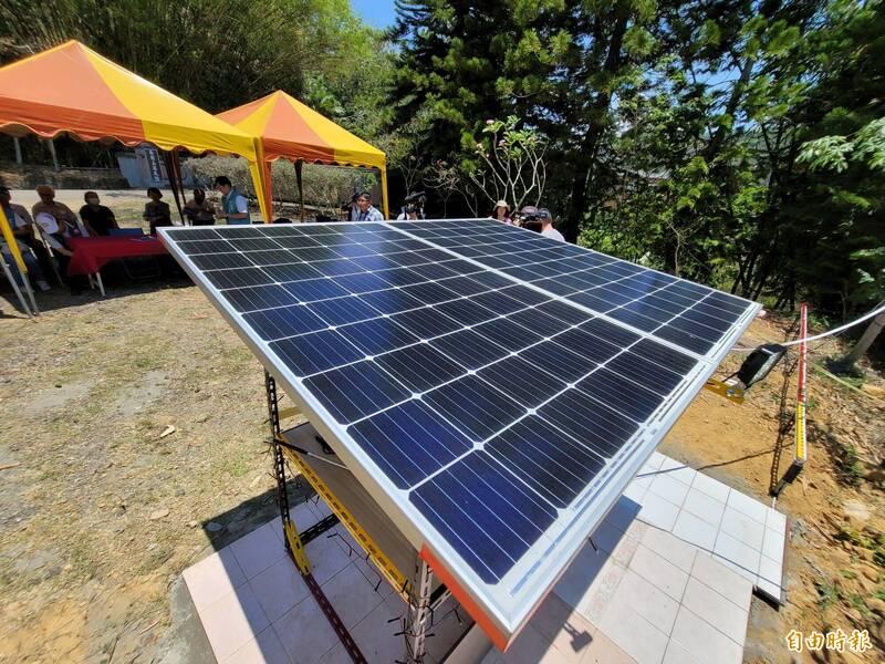 塊各300瓦的太陽能板,在日照充足條件下約6小時,可發電6度。(記者佟振國攝)