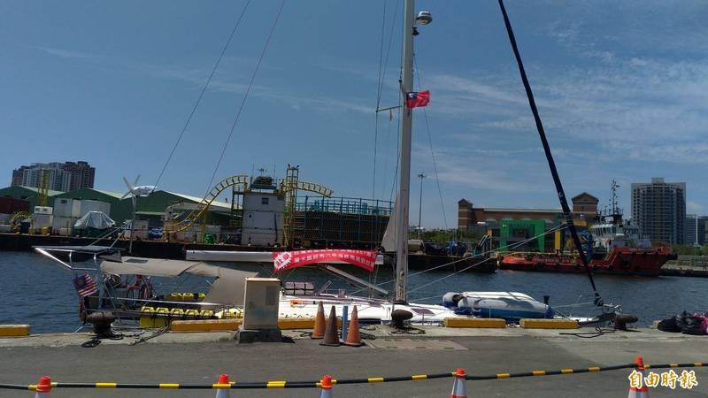 馬來西亞籍動力帆船於8日返台後,今仍泊靠在安平商港碼頭。(資料照)