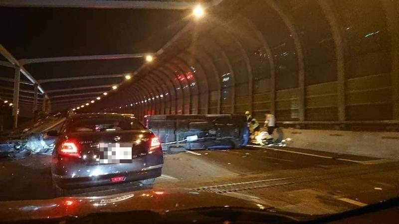 台74線兩車翻覆,造成交通大打結。(取自台中踢爆網)