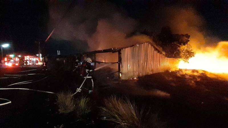 民雄鄉一處廢棄工寮今晚發生火警,消防人員到場時已全面燃燒。(民眾提供)