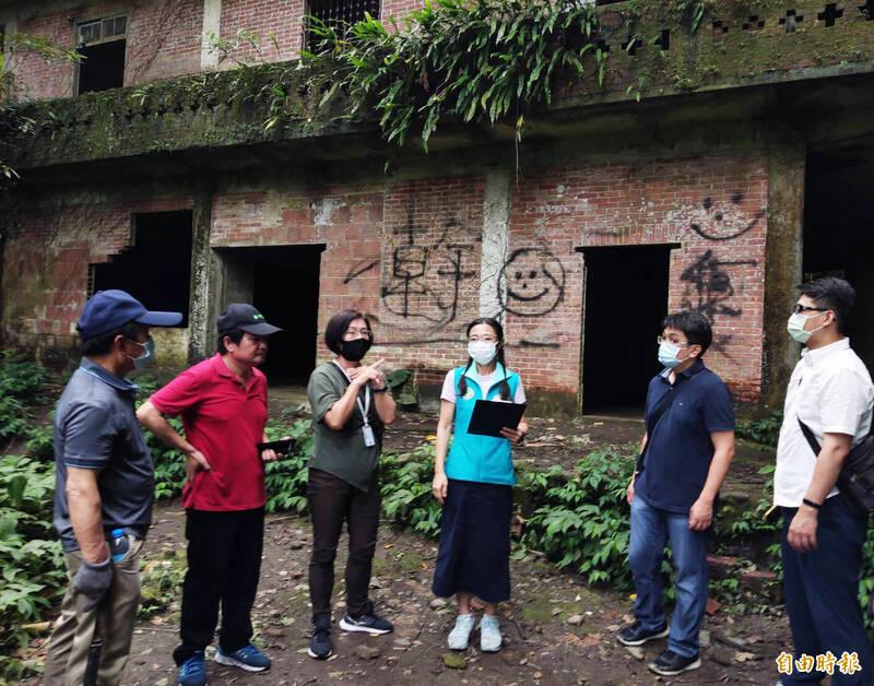 桃園市議員陳治文(左4)邀集相關單位共商大溪順和煤礦遺址的保護,以及如何避免民眾破壞。(記者李容萍攝)