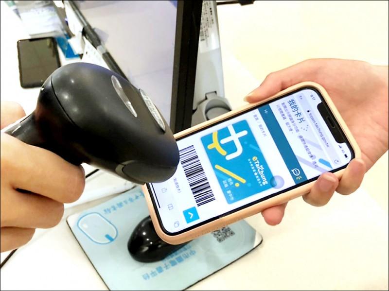 台中市自5月起推手機就是借閱證,民眾到中市圖只要手機出示數位市民虛擬卡就可借閱圖書。(市府提供)