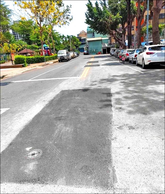 水公司開挖仁興街找到漏水點終於止漏。(記者陳建志翻攝)
