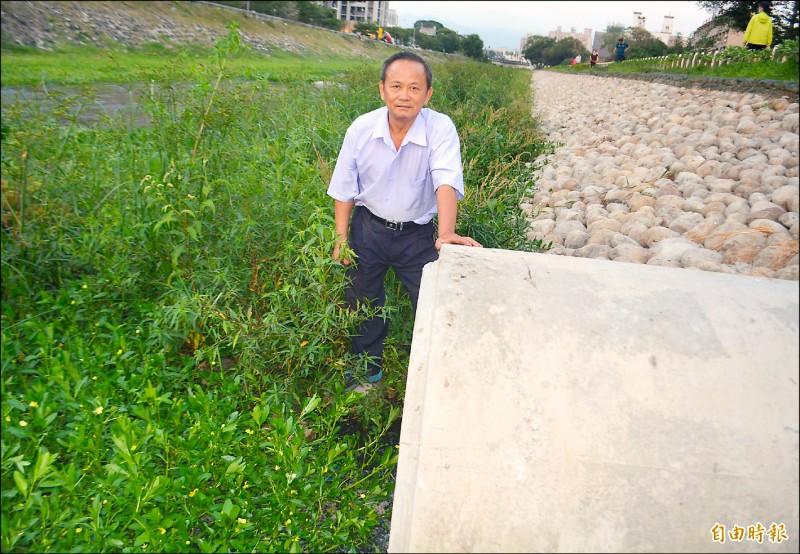 大明里長黃顯堂連續觀察9天,認為國興公園下方涵洞流出的是自來水管漏水。(記者陳建志攝)
