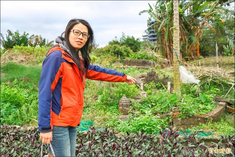 文史工作者吳康綺誤打誤撞發現頭城鎮墓仔埔菜園,她說,從墓葬可以觀察亡者的年代、種族、宗教、身分等。(記者蔡昀容攝)