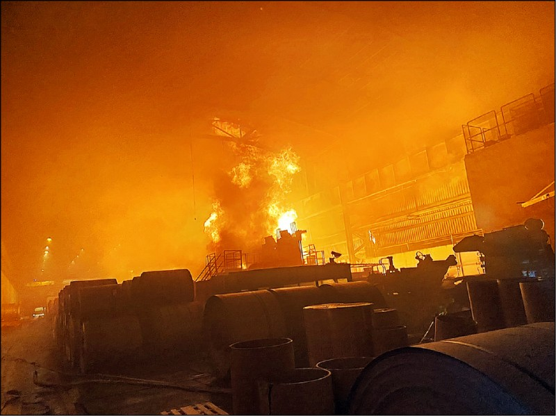 岡山區燁聯鋼鐵工廠昨天晚上9點多傳出火警,1座裝有7萬公升研磨油儲槽起火燃燒,現場烈焰衝天。(民眾提供)