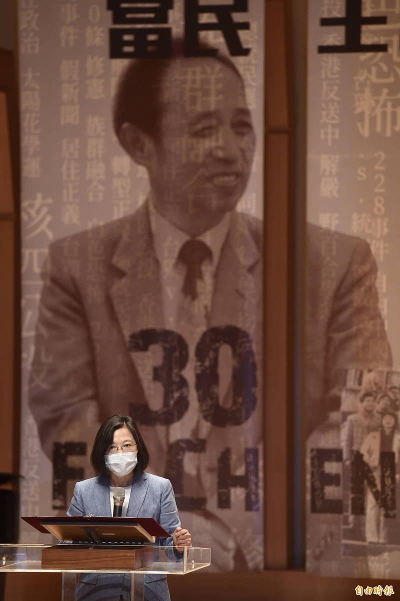 總統蔡英文10日出席「傅正逝世三十週年新書發表會暨頒獎典禮」致詞。(記者簡榮豐攝)