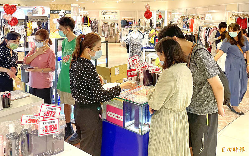Employees promote Mothers' Day deals to customers at the Far Eastern Big City shopping mall in Hsinchu City on Sunday. Photo: Tsai Chang-sheng, Taipei Times
