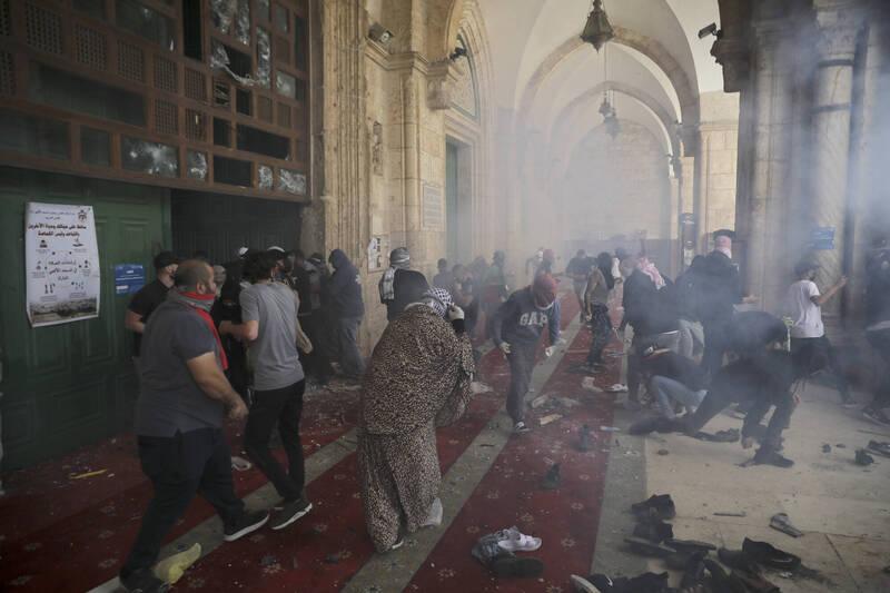 以色列維安單位及巴勒斯坦人今日在阿克薩清真寺又再次發生暴力衝突,已傳出300多人輕重傷。(美聯社)